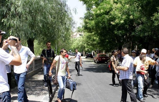 Jornalistas tiveram acesso negado às proximidades do local do ataque desta quarta-feira (18) que matou autoridades em Damasco, na capital da Síria (Foto: AFP)