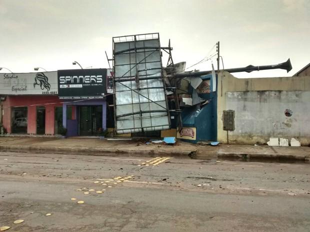Placa de publicidade foi arrrancada com a força do vento (Foto: Jonatas Boni/ G1)