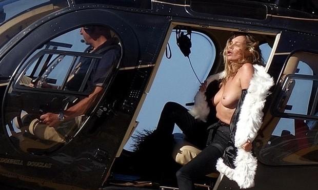 Kate Moss em sessão fotográfica em helicóptero (Foto: The Grosby Group)