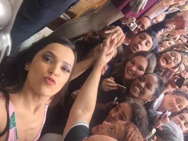 Emilly Araújo posa com fãs (Foto: Reprodução/Twitter @ForuEmilly )