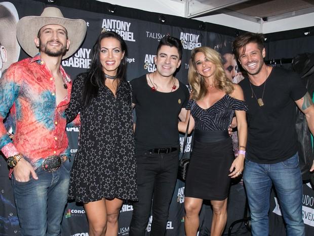 Antony, Carla Prata, Gabriel, Dany Bananinha e Dado Dolabella em show em Londrina, no Paraná (Foto: Deividi Correa/ Ag. News)