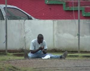 Senegalês faz orações que ajudaram o Passo Fundo a empatar com o Inter (Foto: Reprodução SporTV)