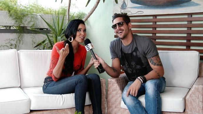 Vocalista relembra sucessos da banda e canta junto com Niara Meireles. (Foto: Se Liga VM)