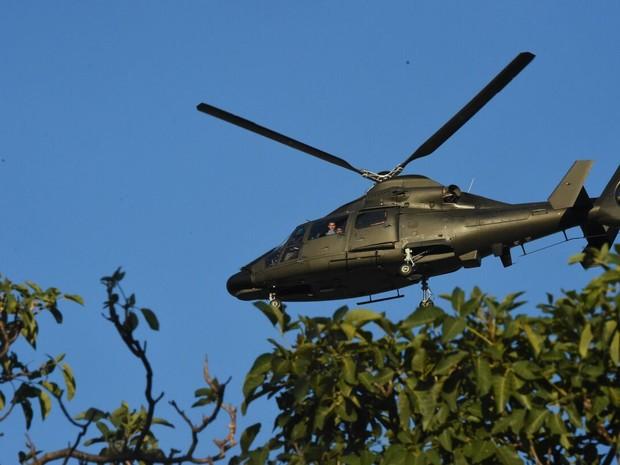Helicóptero retira PMs de batalhões no Espírito Santo, neste domingo (12) (Foto: Fred Loureiro/Secom-ES)
