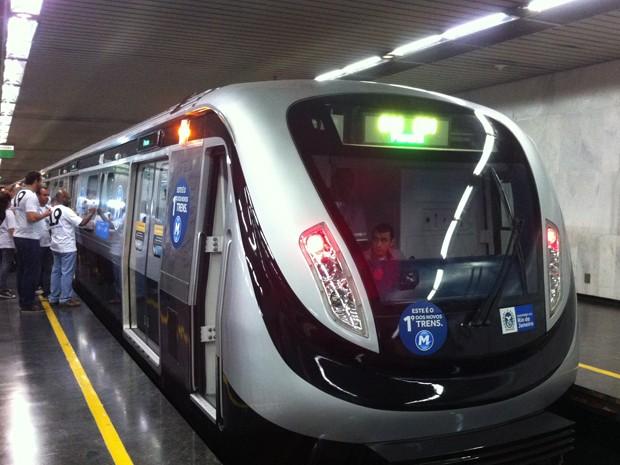 Funcionários do metrô assinam nos novos trens (Foto: Bernardo Tabak/G1)