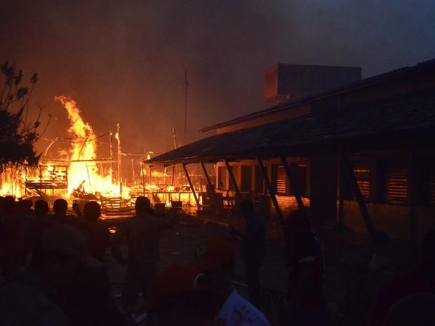 Incêndio consumiu mais de 90 casas (Foto: Cassio Albuquerque/G1)