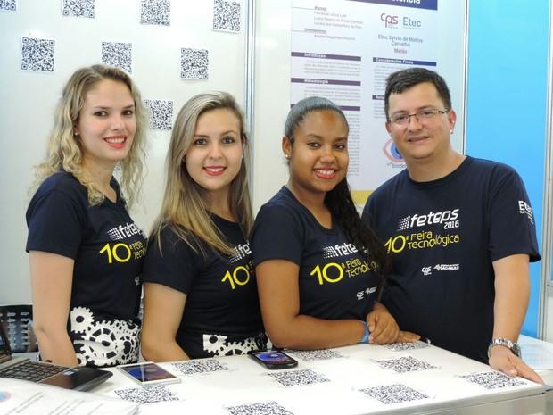 Meninas e professor de Matão apresentando projeto em feira em São Paulo (Foto: Analder Magalhães /Arquivo Pessoal)