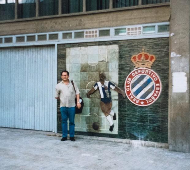 Insights;Carreira;Cultura;Futebol;José Silvério;Relíquia Pose em frente ao Estádio Sarriá, palco da desclassificação da Seleção Brasileira na Copa da Espanha (82). Em 1997, o estádio foi demolido  (Foto: Reprodução)