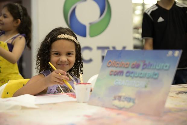 Oficina de Aquarela foi um grande sucesso com a criançada (Foto: Tiago Cavalieri/RPC TV)