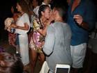 Samantha Schmütz troca beijos com o marido em show na Bahia