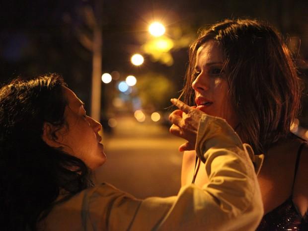 A atriz tem a maquiagem retocada durante intervalo de gravação (Foto: Carol Caminha / TV Globo)