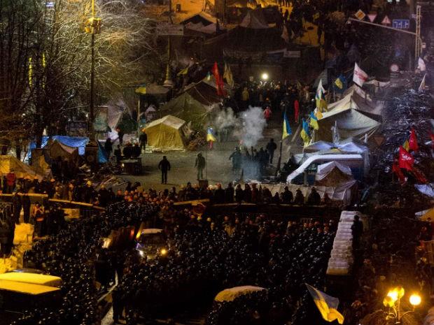 Polícia cerca manifestantes durante protestos na Ucrânia (Foto: Alexander Zemlianichenko/AP)