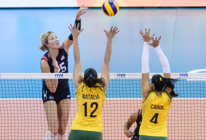 Natália e Carol tentam bloquear ataque dos EUA (Foto: Divulgação / FIVB)