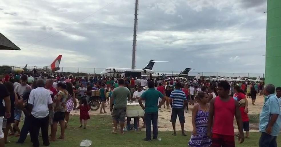 Multidão aguarda a chegada do primeiro voo comercial ao Aeroporto Regional de Jericoacoara (Foto: Mateus Ferreira)