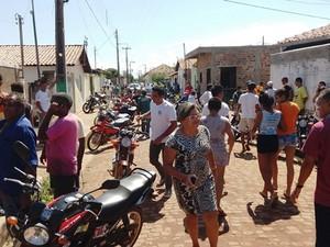 Crime chamou atenção e muita gente se aglomerou em frente a residência do advogado em Barras (Foto: Francisco Duarte/Portal A Grande Barras)