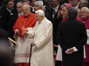 O Papa emérito Bento XVI chega ao consistório deste sábado (22) na Basília de São Pedro, no Vaticano (Foto: Alessandra Tarantino/AP)