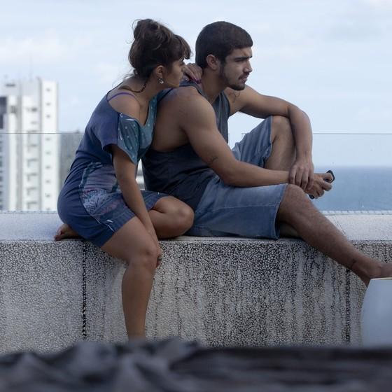 Camila Camargo e Caio Castro em cena de Travessia, longa-metragem que estreia mês que vem (Foto: Divulgação)