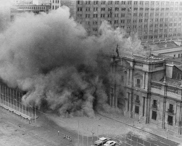 Foto de arquivo mostra alácio presidencial La Moneda sendo bombardeado durante o golpe militar no Chile (Foto: Arquivo/ AP)