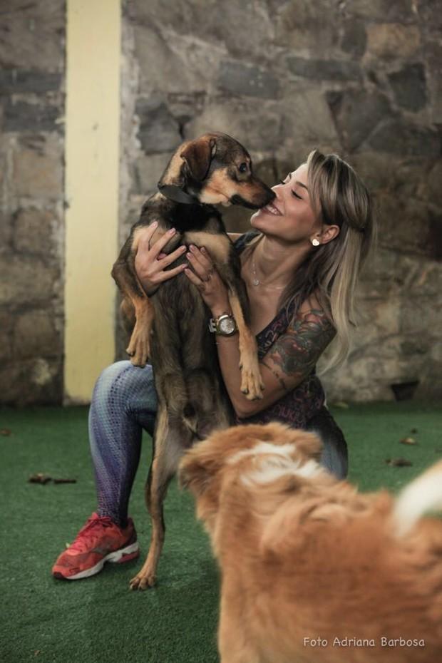 Vanessa Mesquita é apaixonada por animais (Foto: Divulgação / Adriana Barbosa)