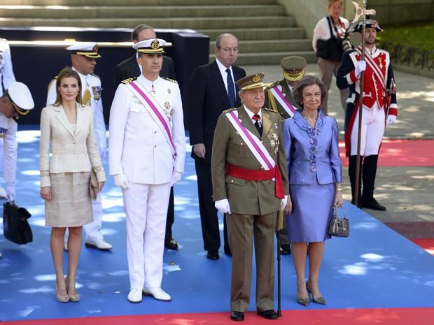 Da esq. para dir., a Princesa Letizia, o Príncipe Felipe, o Rei Juan Carlos e a Rainha Sofía na cerimônia em 'homenagem aos que deram sua vida pela Espanha', por ocasião do dia das Forças Armadas em Madri (Foto: AFP PHOTO/GERARD JULIEN)