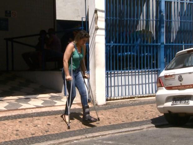 Segurada sai do INSS de muleta após não conseguir atendimento em Campinas (Foto: Reprodução/EPTV)