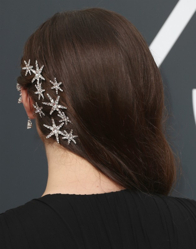 Detalhe do penteado de Katherine Langford (Foto: Getty)