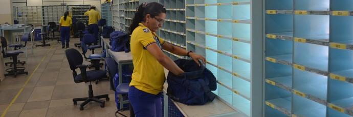 Elisângela se prepara para a entrega de correspondências (Foto: Bruno Willemon/GloboEsporte.com)