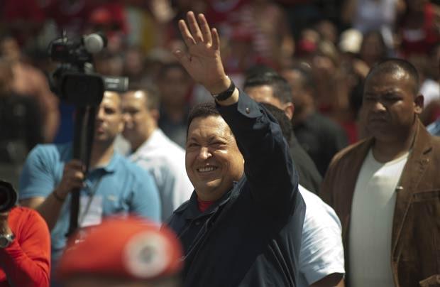 O presidente da Venezuela, Hugo Chávez, chega para votar em Caracas neste domingo (7) (Foto: AP)