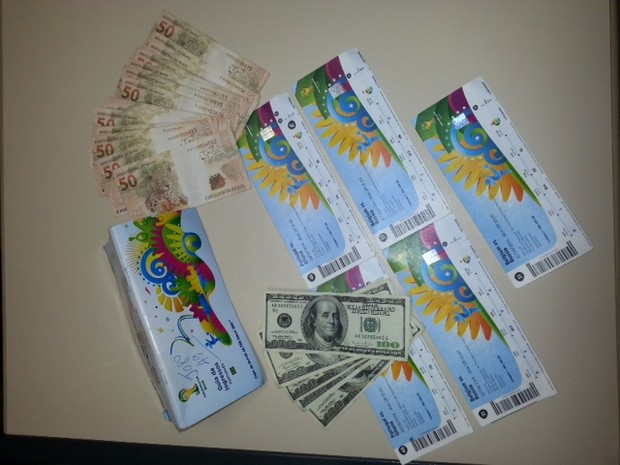 Rio de Janeiro Cambistas presos tentavam vender ingressos por preço 500% maior que o impresso no papel no entorno do Maracanã (Foto: Divulgação/ Polícia Civil)