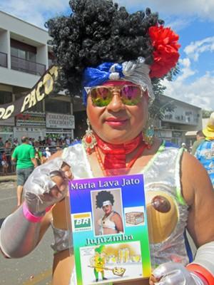Folião desfila de Maria Lava-Jato no bloco Pacotão  (Foto: Jéssica Nascimento/G1)