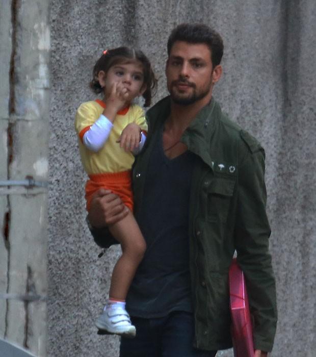 Cauã Reymond busca a filha, Sofia, na escola