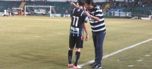 Adilson Batista orienta o meia Danilinho (Foto: Marcelo Siqueira / RBS TV)