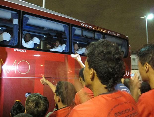 chegada Ronaldinho ônibus (Foto: Richard Souza / Globoesporte.com)