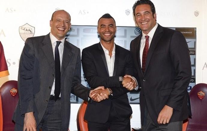 Ashley Cole assina contrato com o Roma (Foto: Divulgação)