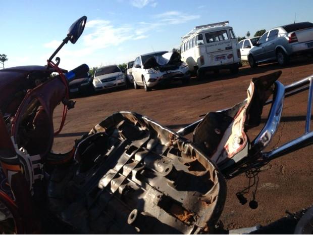 Motorista do carro envolvido no acidente disse que a moto, com placas do Paraguai, não tinha nenhuma iluminação traseira (Foto: Caio Vasques / RPC TV)