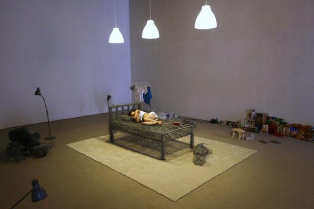 Ela permanecerá ao lado de uma cama de ferro inacabada, algumas esculturas de arame em formatos de bichos de pelúcia, além de seu celular (Foto: Jason Lee/Reuters)