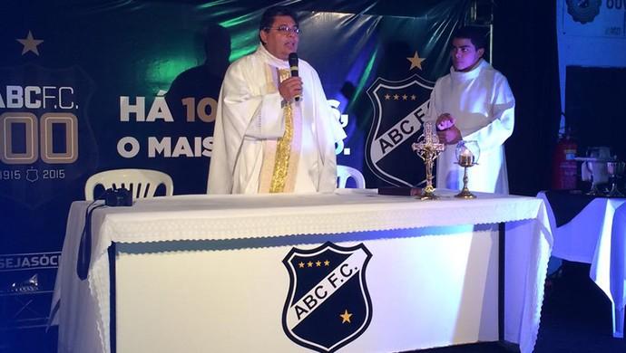 Conselheiro do ABC, Padre Murilo celebra missa pelos 100 anos do clube (Foto: Carlos Cruz/GloboEsporte.com)