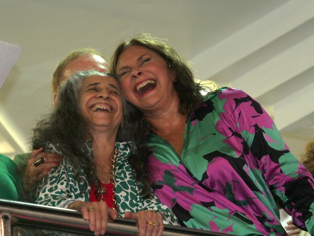 Maria Bethânia e Fafá de Belém em festa na quadra da Mangueira, na Zona Norte do Rio (Foto: Alex Palarea/ Ag. News)