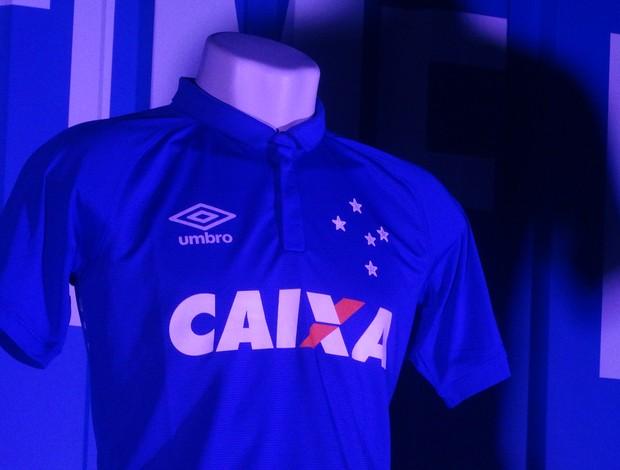Camisa do Cruzeiro principal tem finas listras em tons de azul