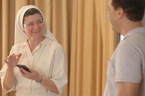 Irmã Lúcia usa o celular para ler livros religiosos.  (Foto: Divulgação | Tô Indo)