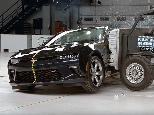 Chevrolet Camaro em teste de colisão lateral do IIHS (Foto: Reprodução/IIHS)