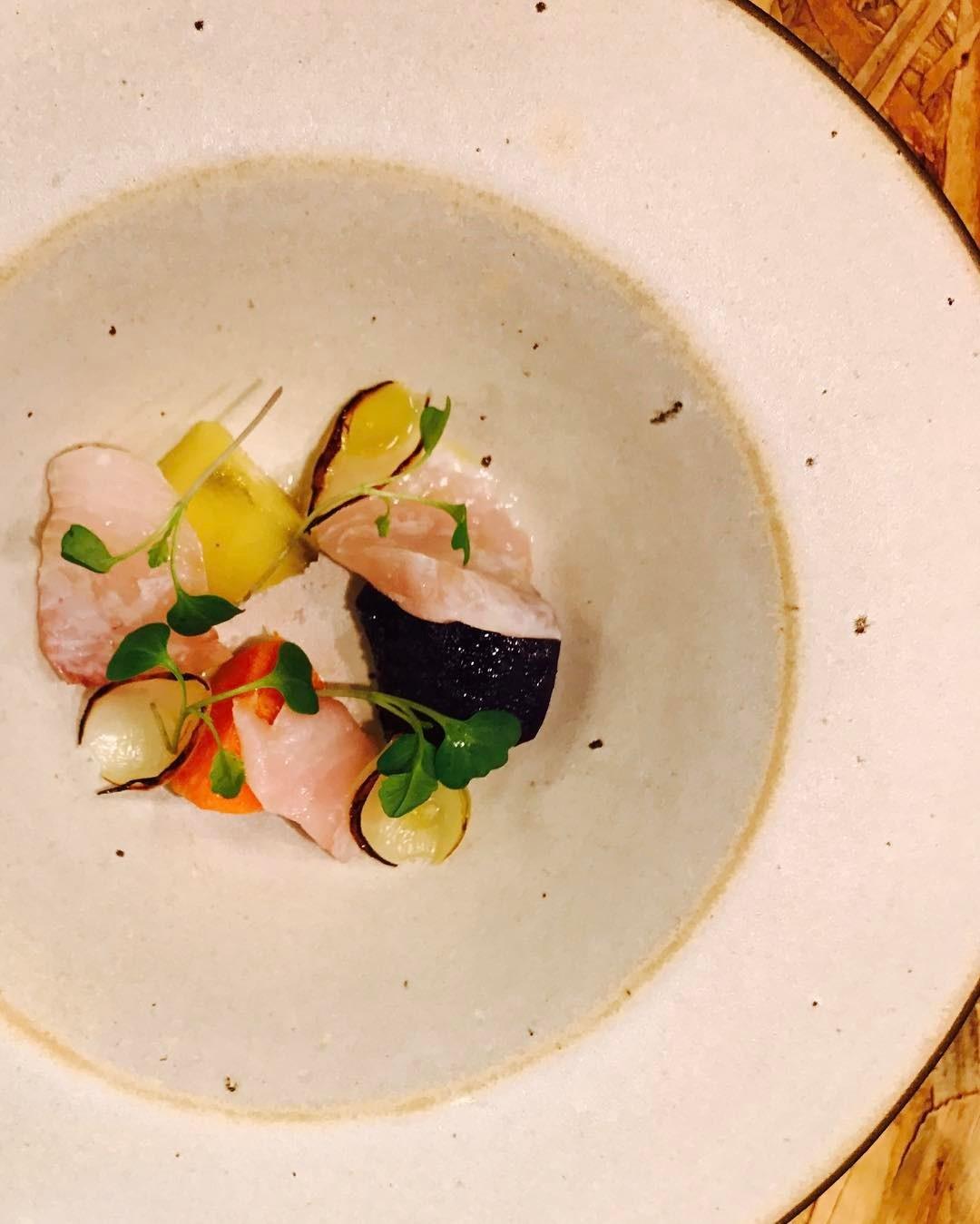 A batata doce com peixe no limão e cebola, uma das atrações do restaurante carioca Lasai (Foto: Reprodução/Instagram)