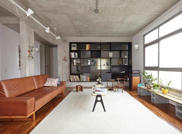 apartamento-arquitetos-flavia-torres-pedro-ivo-freire- sub-estudio-isabel-nassif-renata-pedrosa-sala-de-estar-sofa-marrom-couro-estante (Foto: Tomás Cytrynowicz)