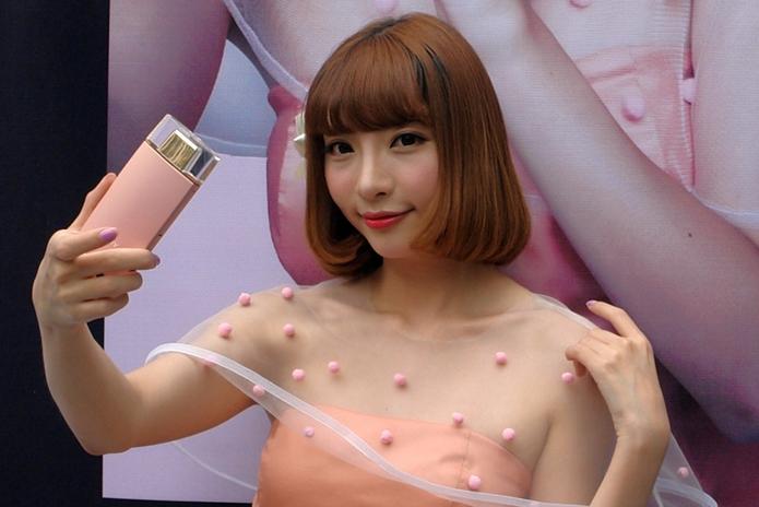 Nova câmera da Sony tem formato de perfume e é dedicada a selfies (Foto: Divulgação/Sony)