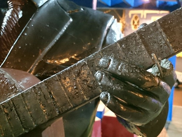 Dedo da estátua foi retirado em ação de vandalismo (Foto: Anderson Peres/ TV TEM)