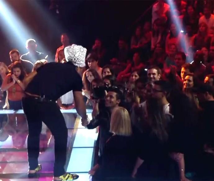 Carlinhos Brown fez questão de apertar a mão de Leandro, ao vivo, no The Voice Kids (Foto: Reprodução/ The Voice Kids)