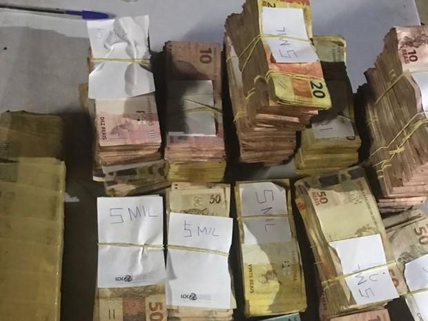 PM apreendeu R$ 141 mil na casa de jovem suspeito de tráfico, em Goiânia, Goiás (Foto: Divulgação/PM)