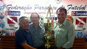 Vandick recebe o troféu das mãos do presidente Nunes (Foto: Reprodução/FPF)