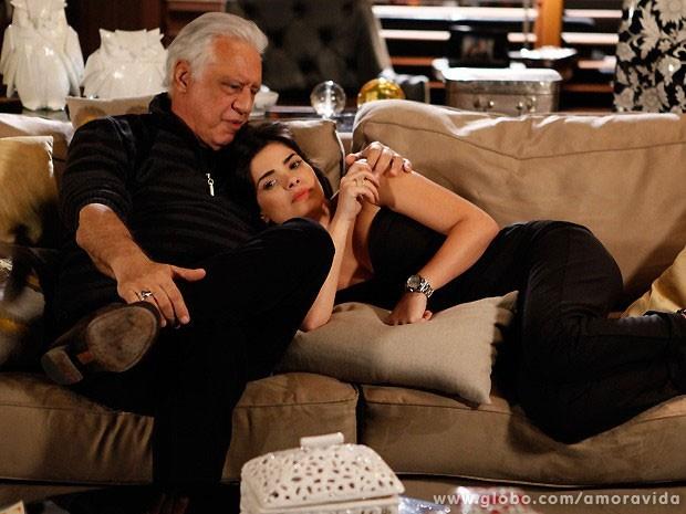 Aline pede para que César se case com ela após a separação (Foto: Pedro Curi/TV Globo)