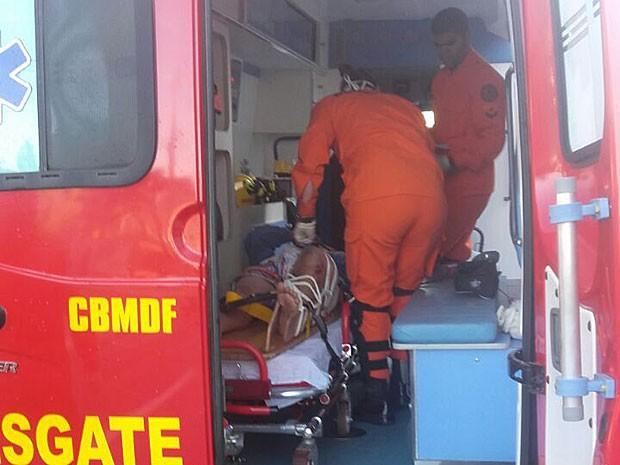 Bombeiros atendem adolescente atropelado por ônibus em frente à Administração Regional do Paranoá, no Distrito Federal, nesta terça-feira (12) (Foto: Corpo de Bombeiros DF/Divulgação)